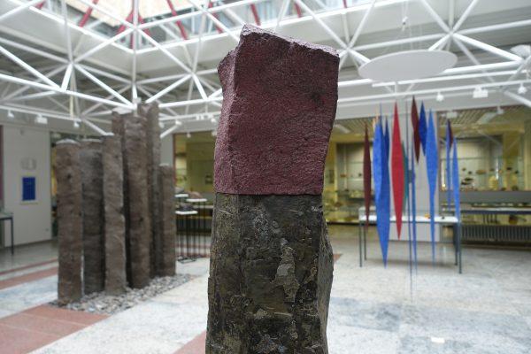 Zinnober Basalt aus dem Jahr 2014 ist eine Skulptur von Helmut Dirnaichner, 2021 ausgestellt im im Mineralogischen Museum Universität Würzburg