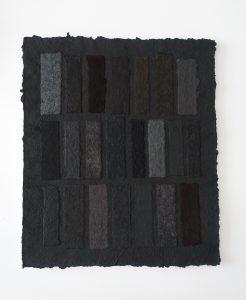 Shungit ist ein Werk von Helmut Dirnaichner mit schwarzen Materien wie Steinkohle, Vulkanasche, Shungit und Zellulose geschöpft, zu sehen in der Galerie Renate Bender, München in der Ausstellung Black is beautiful